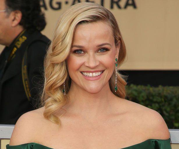 Reese Witherspoon putzt hier ihren Walk-of-Fame-Stern