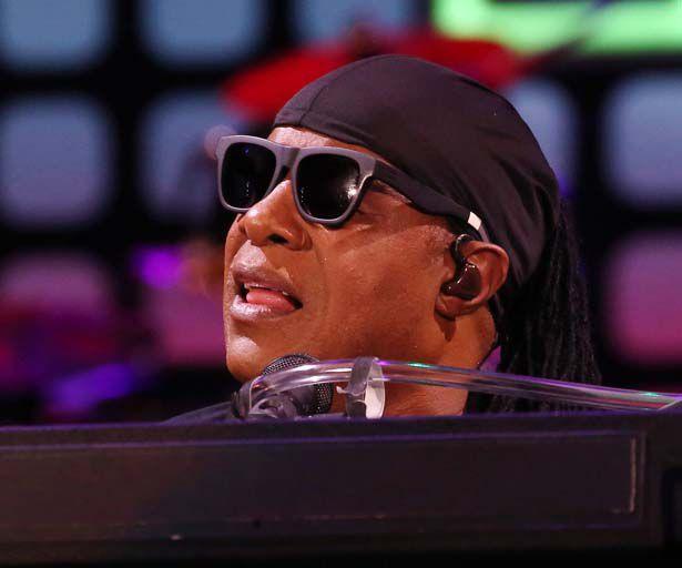 Stevie Wonder verteidigt den armen Bruno Mars