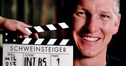 Warum Bastian Schweinsteiger hier in die Kamera strahlt