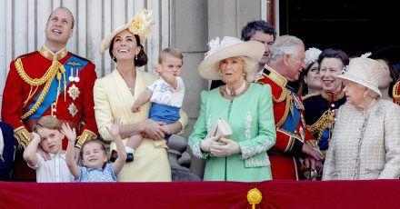 Hier sehen wir Elizabeth II. mit drei möglichen künftigen Königen