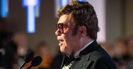 Sensation: Elton John oben ohne!