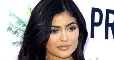 Kylie Jenner präsentiert hier ihre Auto-Sammlung