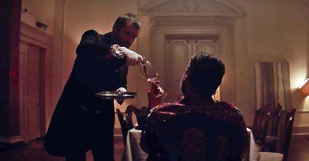 Video: Liam Gallagher als Butler von Fußballegende Eric Cantona