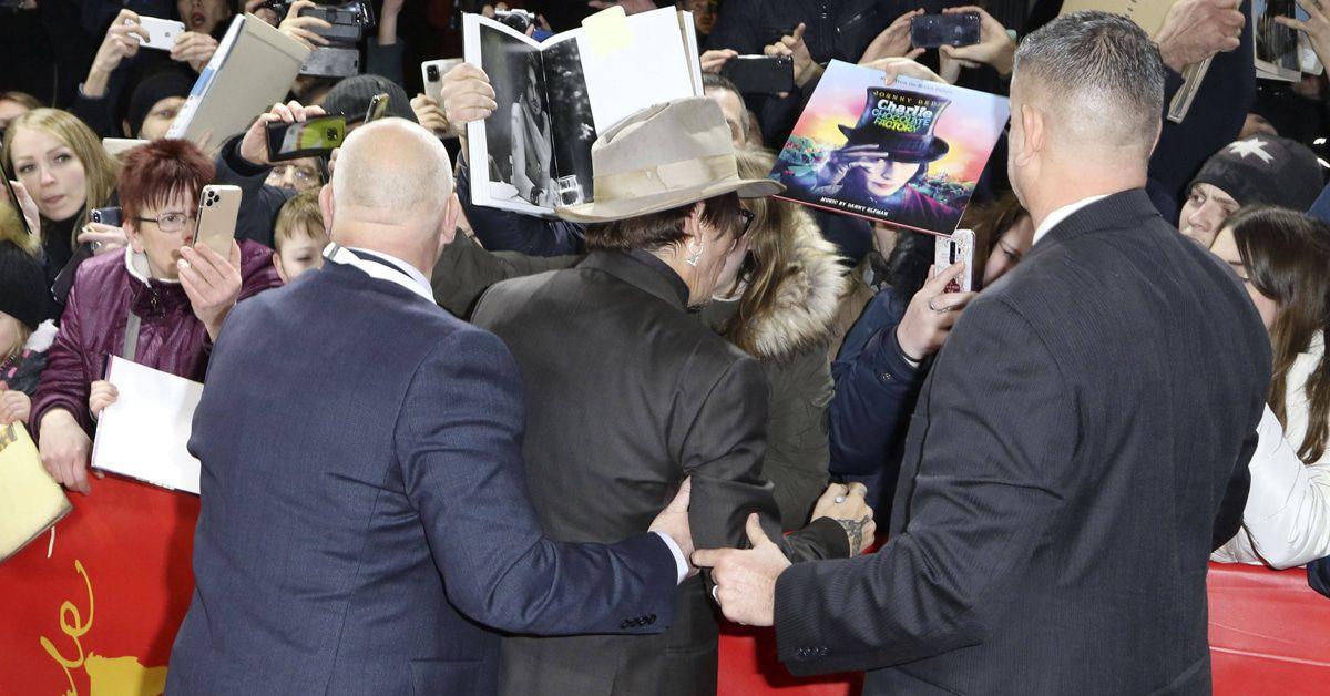 Warum musste Johnny Depp in Berlin gestüzt werden?