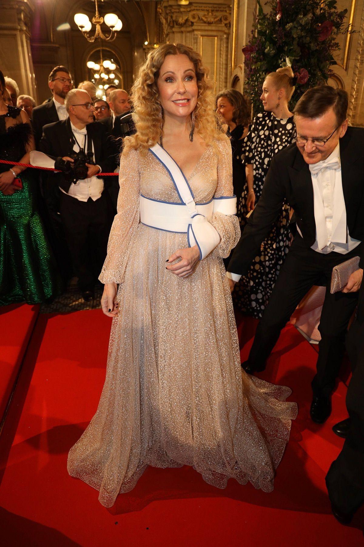Katja Burkard mit gebrochener Schulter beim Opernball