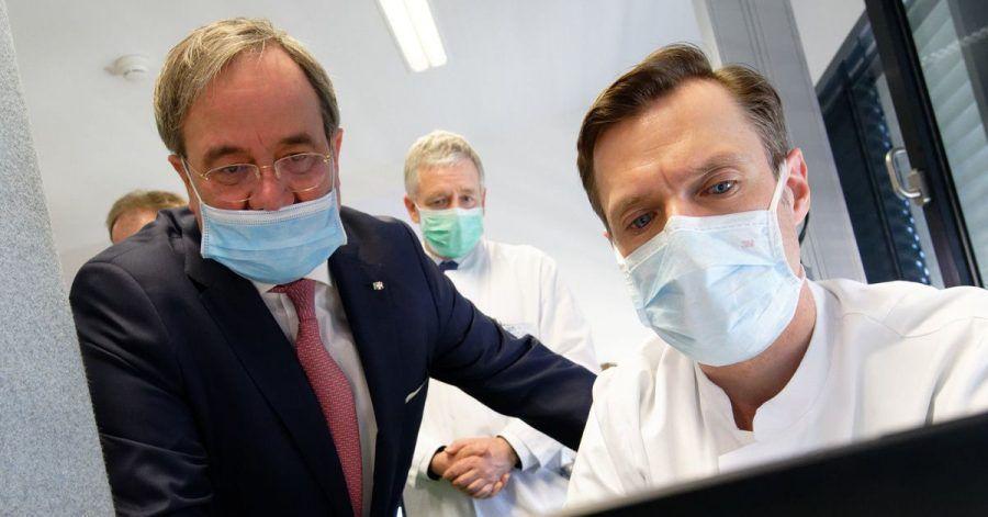 Herr Laschet trägt Maske. Finde den Fehler!