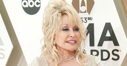 Dolly Parton (74) will sich wieder für den Playboy nackig machen
