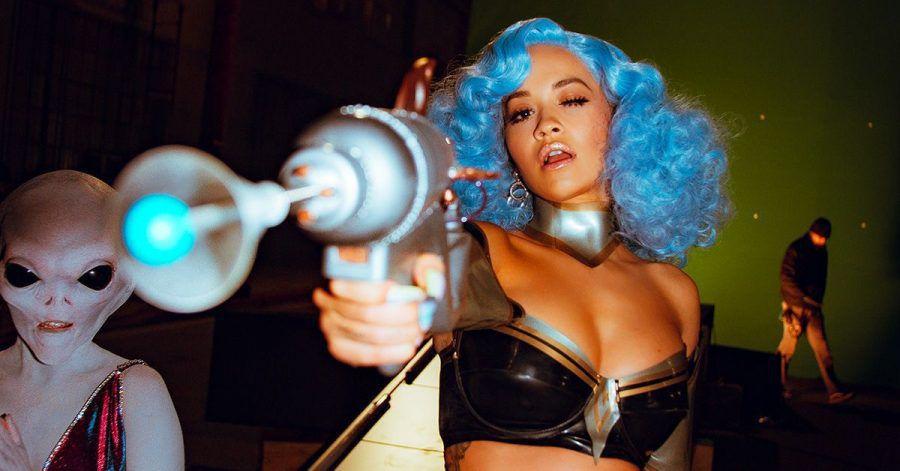 Rita Ora: Hier räkelt sie sich halbnackt in rohen Eiern