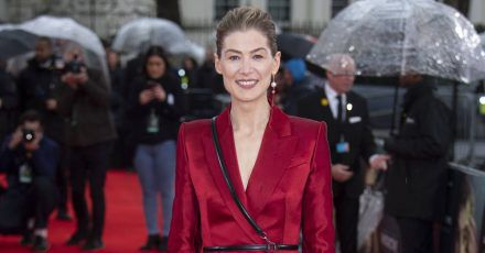 Best Dress of the Day (868): Rosamund Pike verzaubert in Rot