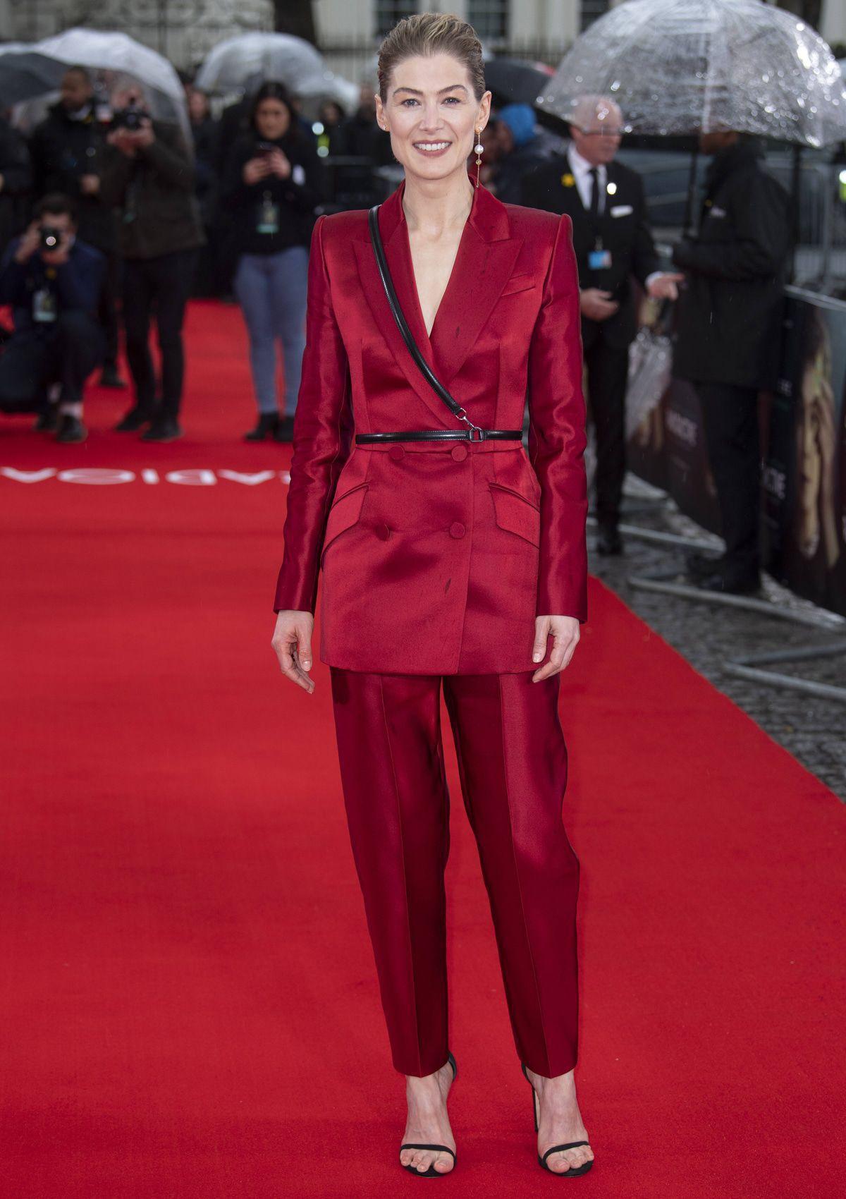 Best Dress of the Day (868): Rosamund Pike verzaubert in Rot