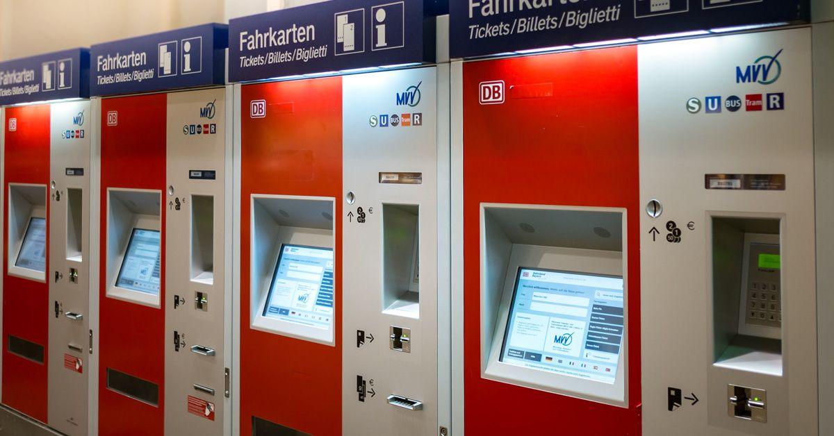 Corona-Mann leckt in München Fahrkartenautomaten ab