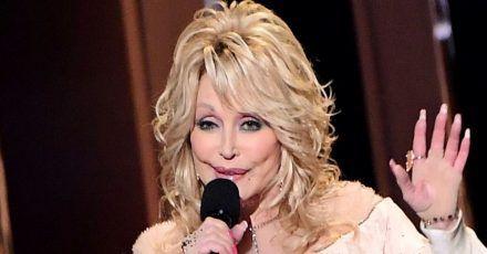 """Dolly Parton ist sich sicher: """"Corona ist eine Lektion von Gott"""""""