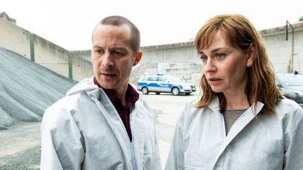 """Ostfriesenblut"": Schaffen Rupert (Barnaby Metschurat) und Ann Kathrin Klaasen (Christiane Paul) es, den Zusammenhang zwischen den Morden zu finden? (cg/spot)"