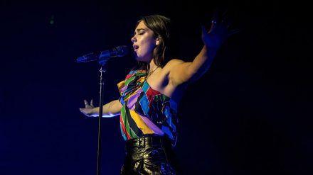 Sängerin Dua Lipa steht auf knallige Farben. Der Batik-Look kommt da gerade recht. (wag/spot)