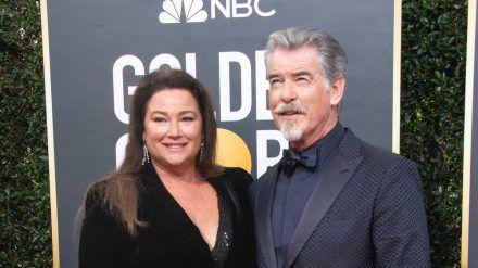 Pierce Brosnan und seine Frau Keely Shaye Smith bei den Golden Globes Anfang 2020 (stk/spot)