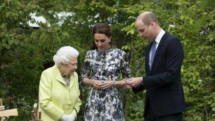 Die Queen bei einem Auftritt mit William und Kate (hub/spot)
