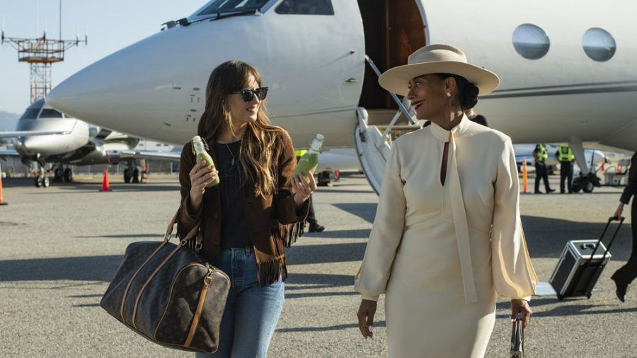 "Dakota Johnson (l.) als Maggie und Tracee Ellis Ross als Grace in ""The High Note"". (cam/spot)"