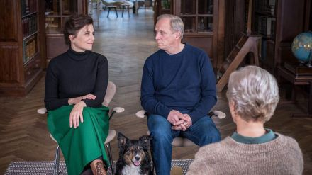 """""""Und wer nimmt den Hund?"""": Das wohlsituierte Paar Doris (Martina Gedeck) und Georg (Ulrich Tukur) stehen vor den Trümmern seiner Ehe (cg/spot)"""