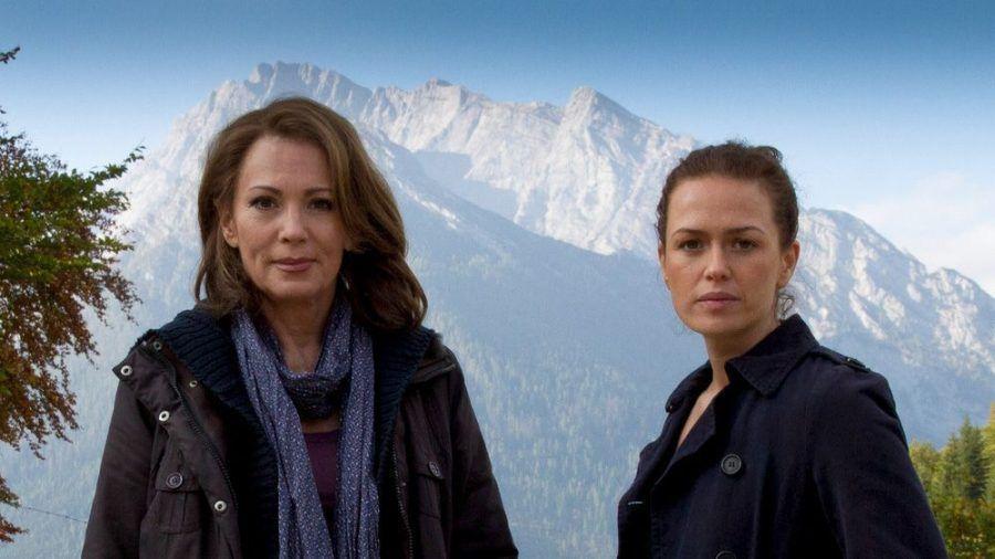 """Die Kronzeugin - Mord in den Bergen"": Ines Meder (Melika Foroutan) begleitet Kronzeugin Eva (Iris Berben) in deren künftiges Leben im Zeugenschutzprogramm (cg/spot)"