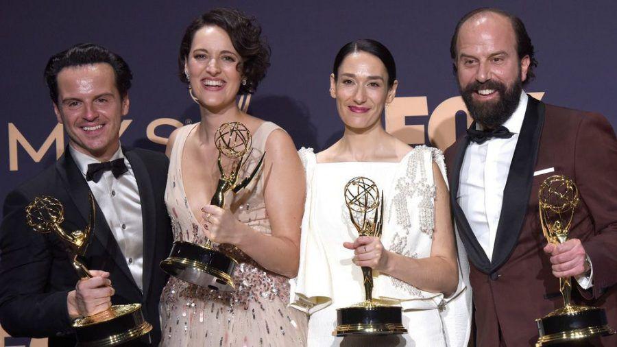 """Die """"Fleabag""""-Darstellerinnen und Darsteller mit ihrer Trophäe bei den Emmy Awards 2019 (dms/spot)"""