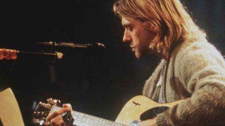 """Kurt Cobain mit seiner Martin-Gitarre beim legendären """"MTV Unplugged""""-Gig von Nirvana. (dms/wag/spot)"""