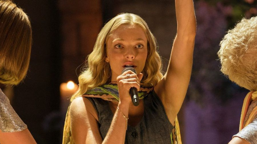 """""""Mamma Mia! Here We Go Again"""" (Teil 2, Foto): Amanda Seyfried (Mitte) spielte auch in der """"Mamma Mia!""""-Fortsetzung eine wichtige Rolle (ili/spot)"""