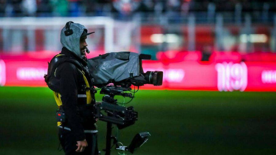 Die Fußball-Bundesliga wird weiterhin bei Sky und DAZN zu sehen sein (dr/spot)
