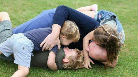 Prinz William tobt mit seinen drei Kindern im Gras. (ncz/spot)