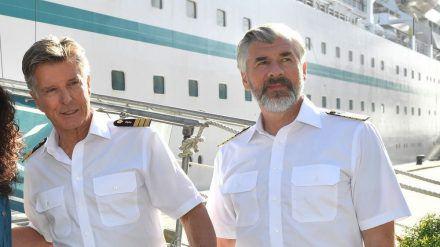 """Dr. Sander (Nick Wilder, l.) an der Seite von Staff-Kapitän Martin Grimm (Daniel Morgenroth), mit dem er auch seine letzte """"Traumschiff""""-Reise bestreiten wird (stk/spot)"""