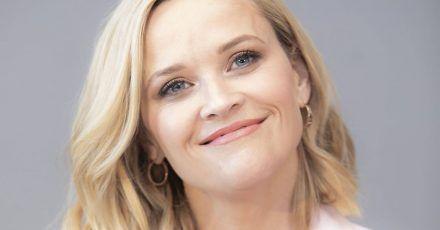 Reese Witherspoon: Herabschauender Hund mit Hund!