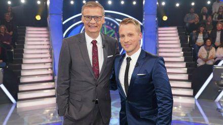 """Günther Jauch (l.) mit Oliver Pocher in der Sendung """"Das Phänomen Günther Jauch"""" (jom/spot)"""