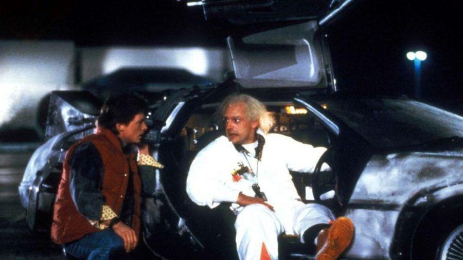 """Marty (Michael J. Fox, l. ) und Doc (Christopher Lloyd) mit dem DeLorean in """"Zurück in die Zukunft"""" (1985). (cam/wue/spot)"""