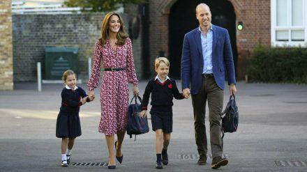 William und Kate mit ihren Kindern George und Charlotte auf dem Weg zur Schule. (hub/spot)