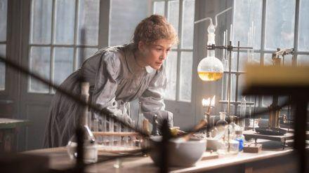 """""""Marie Curie - Elemente des Lebens"""": Marie Curie (Rosamund Pike) arbeitet besessen an der Entdeckung neuer Elemente. (ili/spot)"""