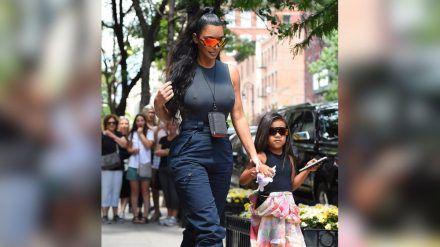 Kim Kardashian, hier mit Tochter North, zeigt sich regelmäßig in angesagten Cargo-Modellen. (cos/spot)