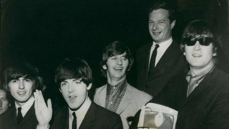Brian Epstein (hinten) mit seiner Entdeckung des Jahrtausends, den Beatles. (stk/spot)