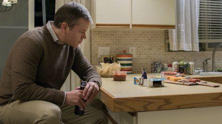 """Matt Damon (l.) lässt sich in """"Downsizing"""" wie Jason Sudeikis schrumpfen. (cam/spot)"""