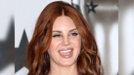 Sängerin Lana Del Rey behandelt ihre Ansätze mit Zitronensaft. cos/spot