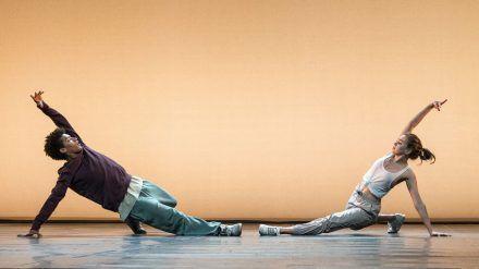 "Yalany Marschner (l.) alias Marlon und Alexandra Pfeifer (r.) alias Katya im Tanzfilm ""Into the Beat - Dein Herz tanzt"". (cam/spot)"