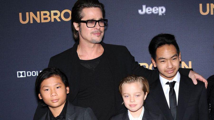 Pax (v.l.n.r.), Brad Pitt, Shiloh und Maddox bei einer Premierenparty im Jahr 2015. (jom/spot)