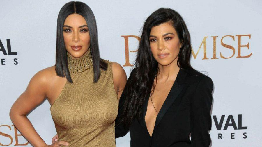 Kim und Kourtney Kardashian zeigen sich auf Instagram im 90er-Look. (jom/spot)
