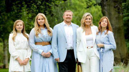 Willem-Alexander mit seiner Ehefrau und den Töchtern. (jom/spot)
