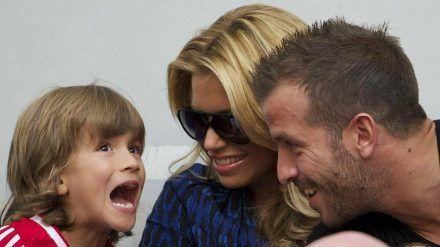 Rafael van der Vaart (r.) mit seiner damaligen Frau Sylvie Meis und dem gemeinsamen Sohn Damian im Jahr 2013 in den Niederlanden. (dr/spot)