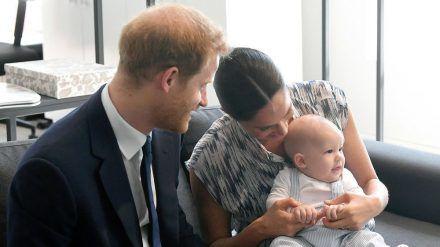 Der kleine Archie mit seinen Eltern im September 2019 in Südafrika. (cam/spot)