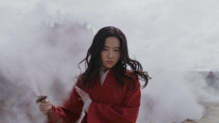 Yifei Liu als Mulan. (cam/spot)