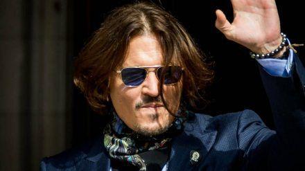 Johnny Depp vor dem Gerichtsgebäude in London (wue/spot)