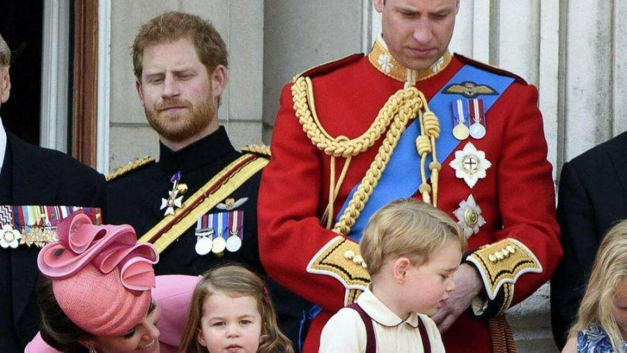 Prinz Harry (l.) mit seinem Bruder Prinz William, dessen Ehefrau Herzogin Kate und den Kindern Prinzessin Charlotte und Prinz George. (dr/spot)