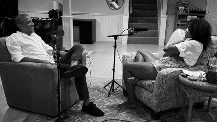 Michelle Obama und ihr Ehemann Barack bei der Aufzeichnung der ersten Folge ihres neuen Podcasts. (wue/spot)