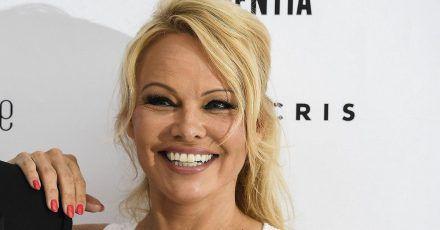 So sexy und stylisch reist Pamela Anderson