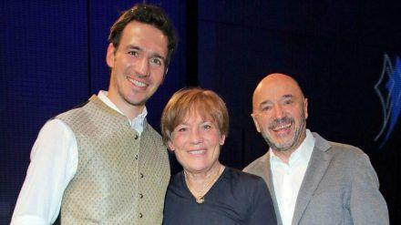 Felix Neureuther (l.) mit seinen Eltern Rosi Mittermaier und Christian Neureuther. (cam/spot)